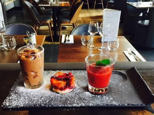 Café gourmand ( mousse au chocolat,tarte aux prunes et soupe de fraises